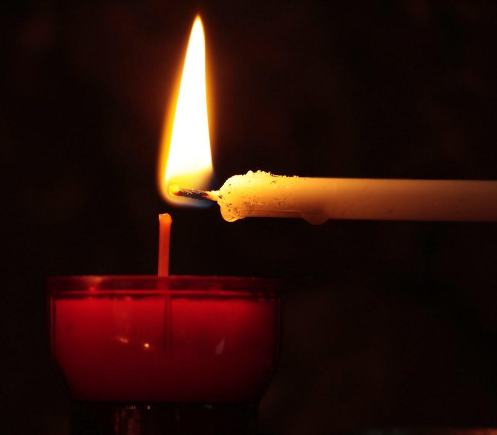 zapalająca się świeczka