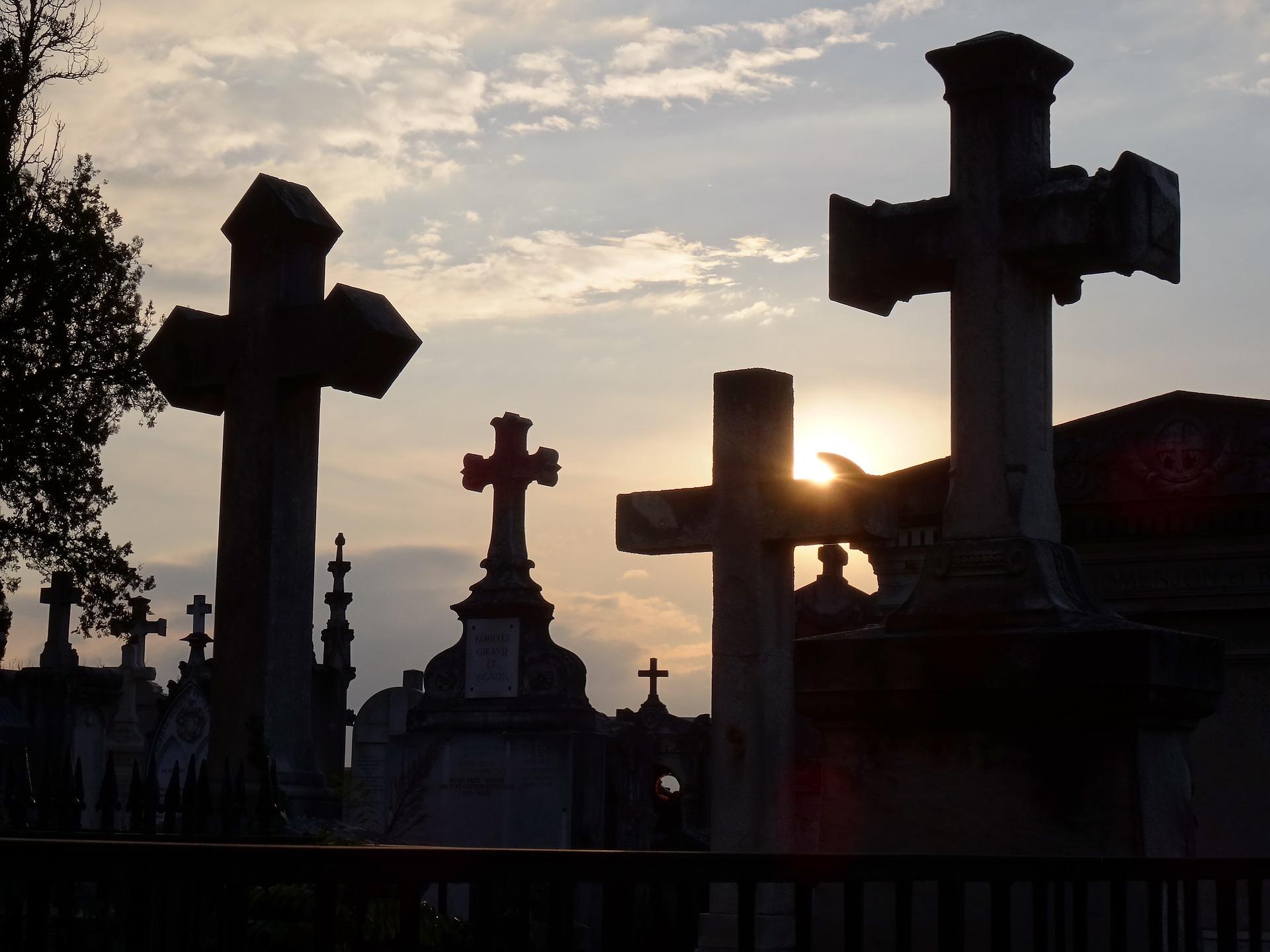 cmentarz o zachodzie słońca